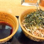 東新宿「なぜ蕎麦にラー油をいれるのか?」を訪問。ボリューム満点コシ強めの肉そばをいただく!