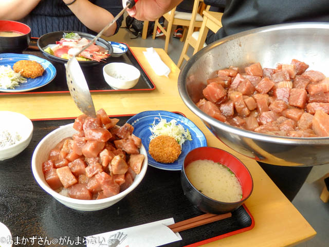 魚市場食堂で「まぐろいっぱい丼」にまぐろをどんどん足されます