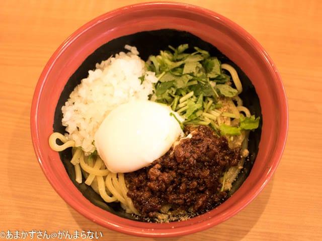 くら寿司新中華メニュー「汁なし担々麺」上から見たところ