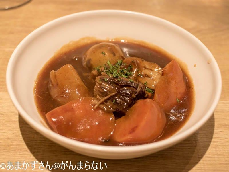 新大阪駅にある赤白の肉じゃが