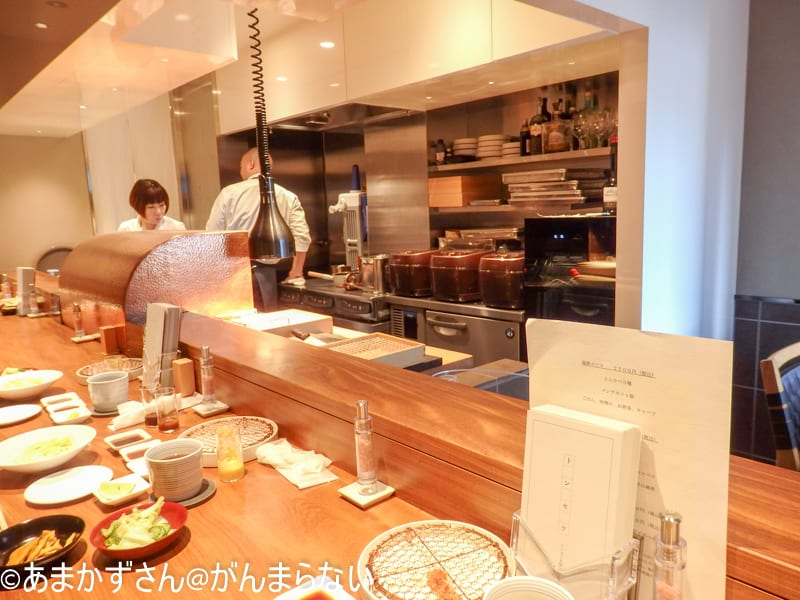 「銀座かつかみ」で厨房がしっかりと見えます