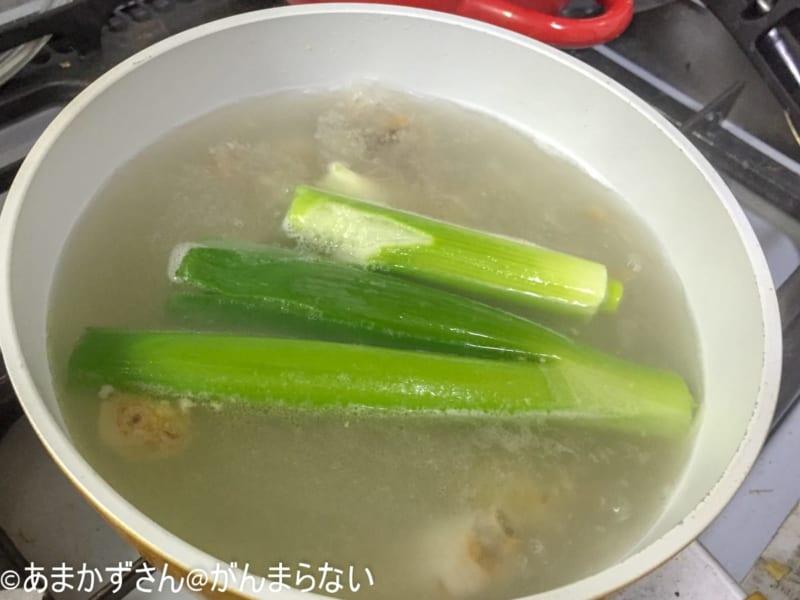 鍋にネギとニンニク生姜を入れてさらに煮る