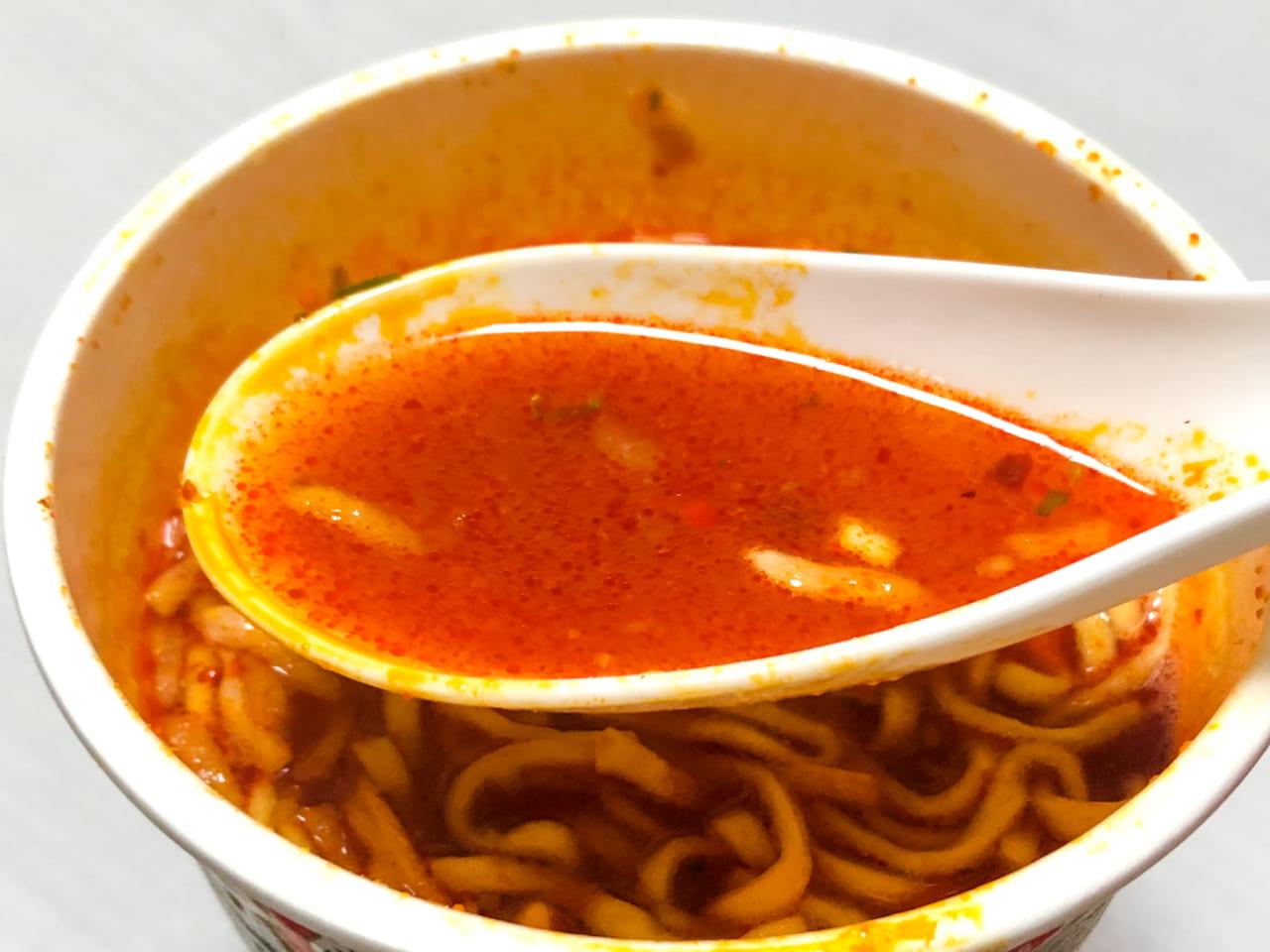 「蒙古タンメン中本 北極ラーメン」のスープ