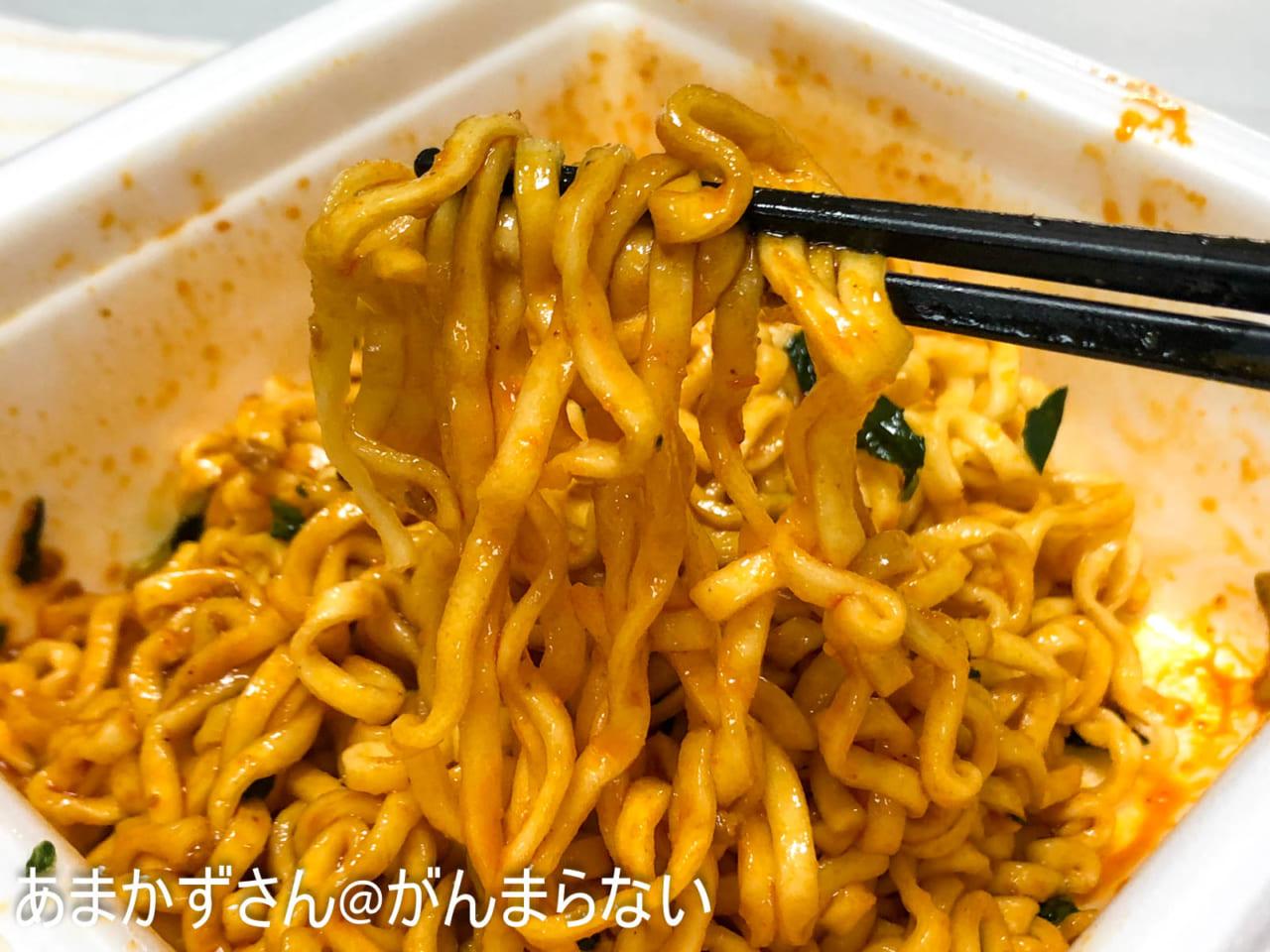 175°DENO汁なし担担麺の箸上げ